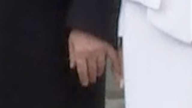 为了牵老婆的手,川普也是小心翼翼
