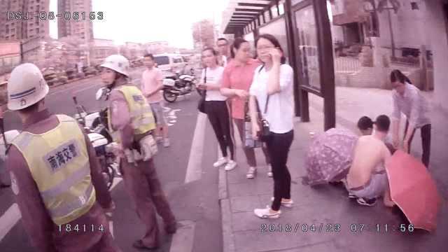 孕妇公交站产子,路人撑伞民警开路