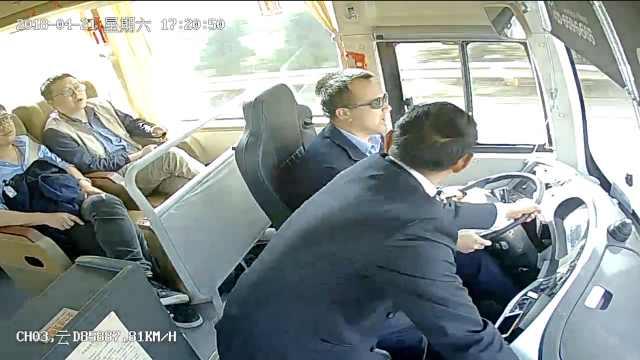 不要命!客车80迈前进,他两夺方向盘