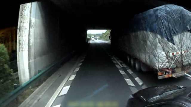 险!小车高速强变道,被货车推行20米