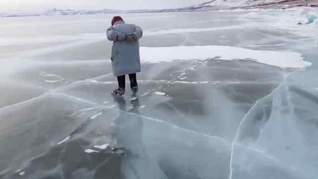 76岁的奶奶在贝加尔湖上滑冰,好酷
