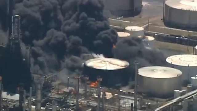 美国炼油厂爆炸,浓烟蔽日至少20伤