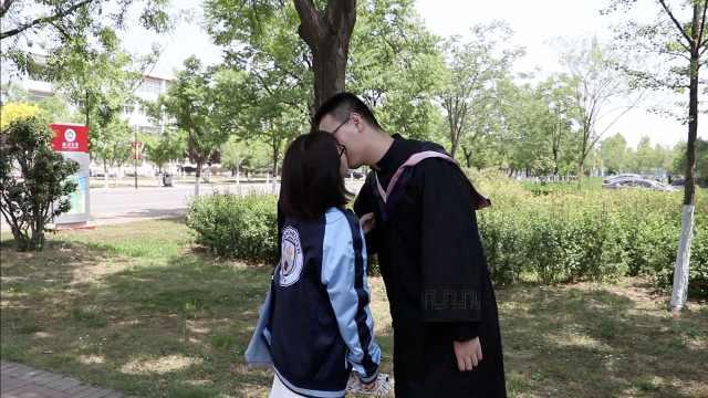 情侣毕业照时撒狗粮,摄影师遭暴击