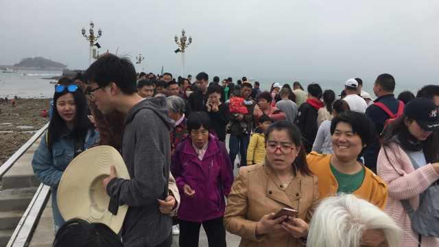 五一栈桥人挤人,游客排队看海