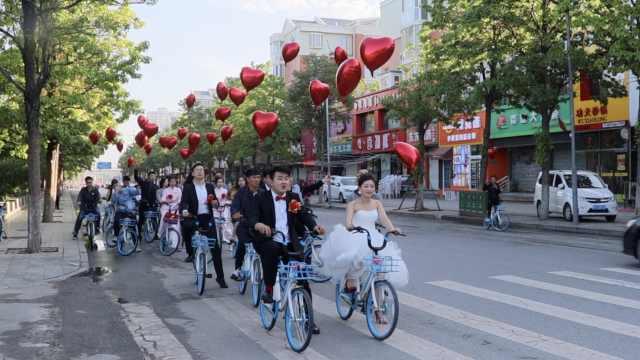 新娘晕车严重?新郎骑共享单车接亲