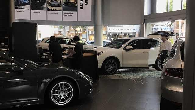 男子购车纠纷,驾车撞进保时捷展厅