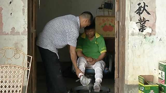 男子照顾瘫痪母亲14年,上班都带着