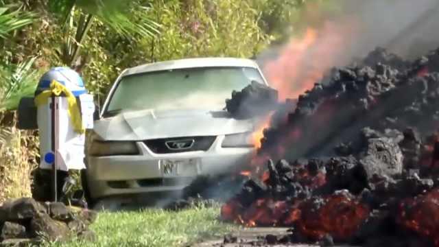 夏威夷火山持续喷发,熔岩吞噬汽车
