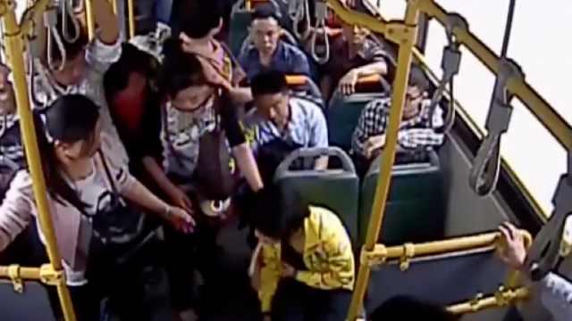 女子公交晕倒呕吐,司机乘客秒反应