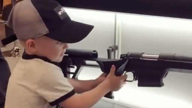 爱枪者鼓励4岁男孩使用枪支引热议