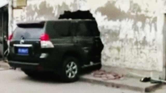 女司机倒车失误,一头撞入居民房