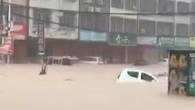 广西玉林暴雨,街道成河多车水上漂