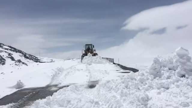 暴雪袭青海!大雪封路民警雪地推车