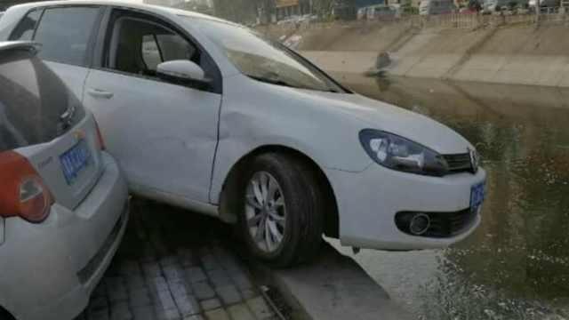 女司机停车一脚油门,车体悬空河边