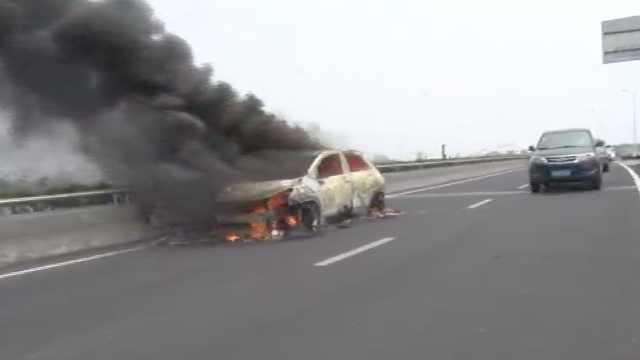 轿车高架桥上自燃,车主庆幸跑的快