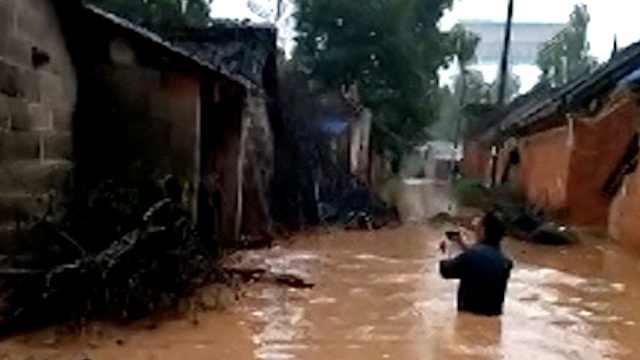 河南暴雨积水成河,商户怕淹守通宵