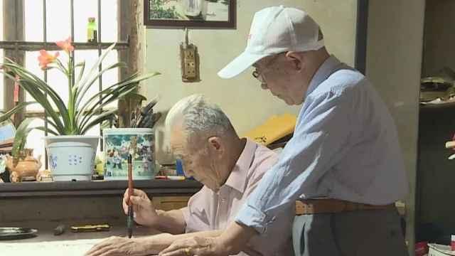 暖心!78岁老汉照顾9旬老师整整5年