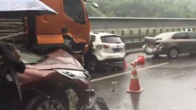 下雨路滑,重庆石柱多车连撞,7人伤