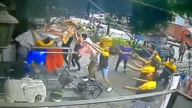 3岁男孩6楼跌落,被一群人伸手接住