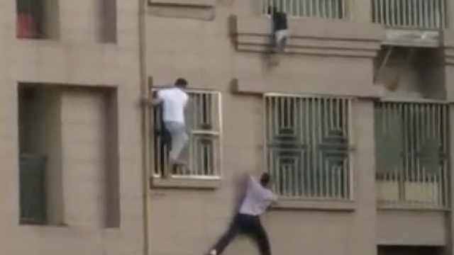 男童头卡4楼防盗窗,路人化身蜘蛛侠