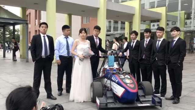 大学生携方程式赛车,拍炫酷毕业照