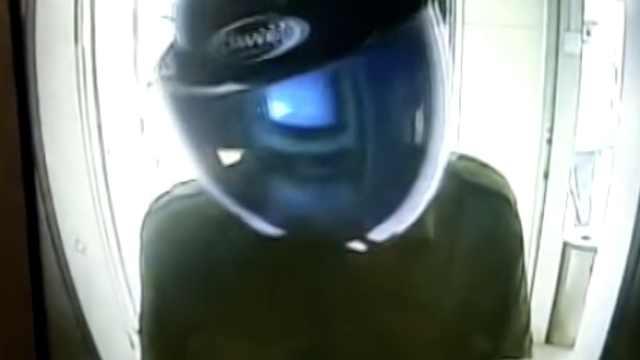 男子戴头盔取巨款,一查竟是网逃犯