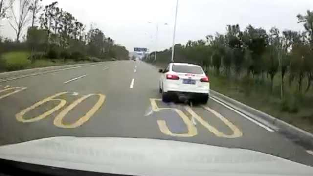 女子开车低头玩手机,撞前车尖叫