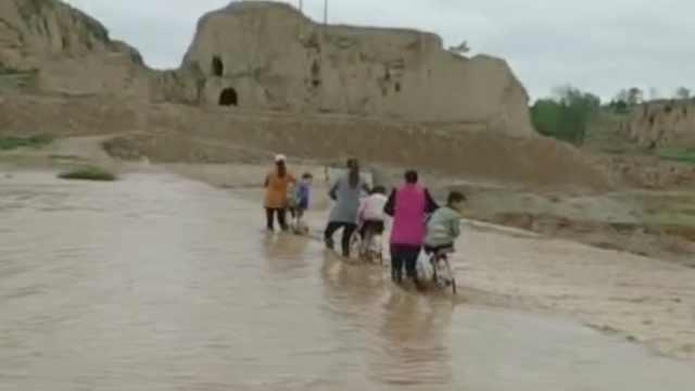 危险!不想绕行20里,村民冒险趟渭河