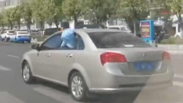 吓坏!小车行驶中,幼童半身子探窗外