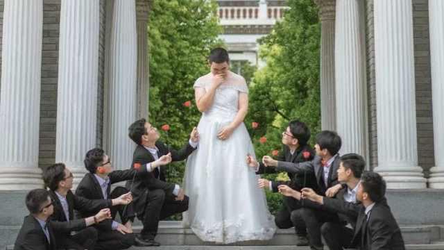 理工男拍毕业照,穿婚纱演