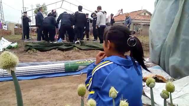 吉林松原震后:警民现场搭救灾帐篷