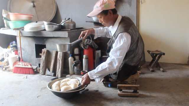他无腿30年拒救助,靠双手种田做饭
