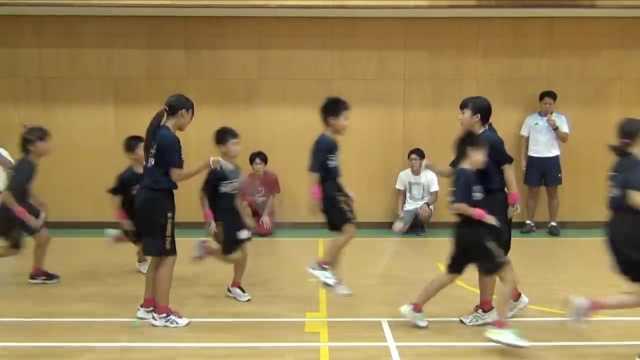日本小学生跳长绳破纪录,1分钟230
