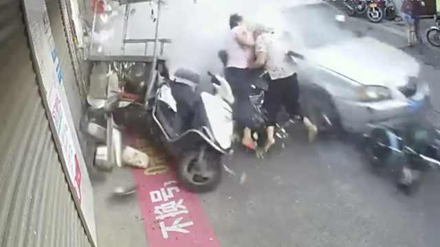 疾驰小车左摇右摆,2老人被迎面撞倒