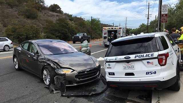 特斯拉撞上路边警车,司机:自动驾驶