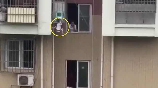 惊险!幼童爬阳台,头卡护栏悬空乱蹬