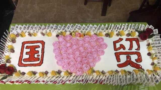 最特殊毕业蛋糕!127师生名字全写上