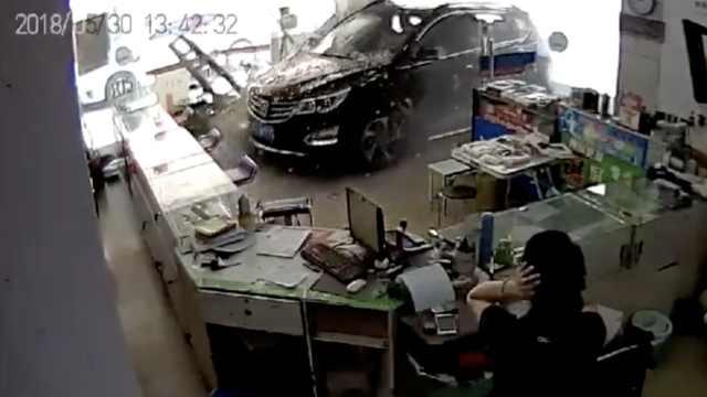 女司機突然懟入店鋪,玻璃門碎一地