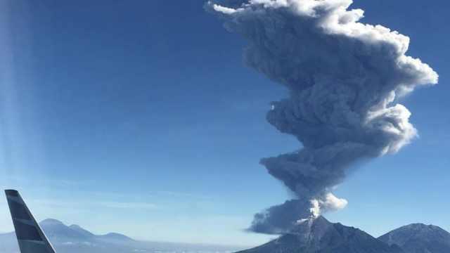 印尼默拉皮火山喷发,灰柱冲六千米