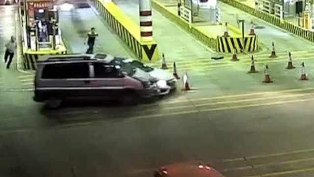 小车爆胎还要闯卡,车上搜出4斤冰毒