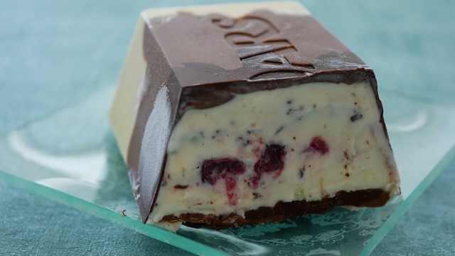 简单美味的樱桃巧克力冰淇淋