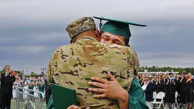 儿子的毕业典礼,服役老爸惊喜出现