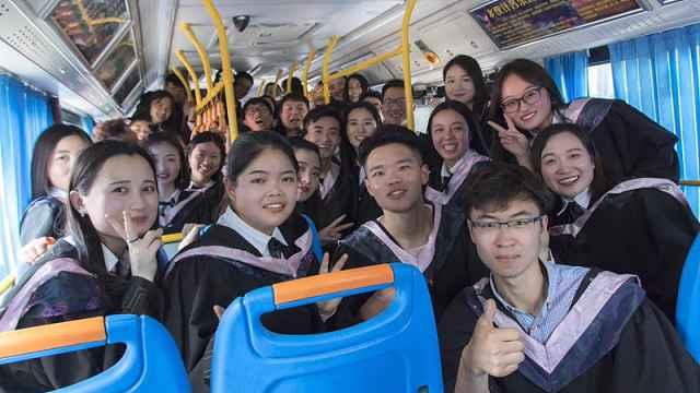 全班学生公交上拍毕业照:难忘青春