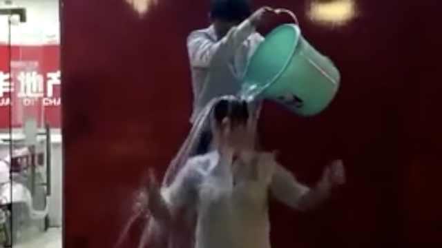 女员工被冷水浇头!公司:因业绩自罚