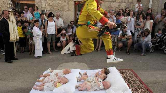 """西班牙举行另类""""跳婴节""""驱赶邪恶"""