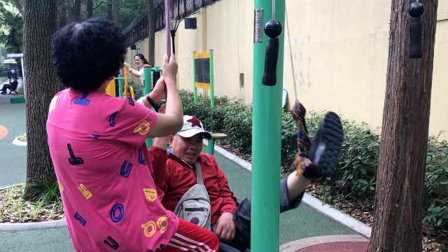 暖心!65岁阿姨每天带瘫痪老伴复健