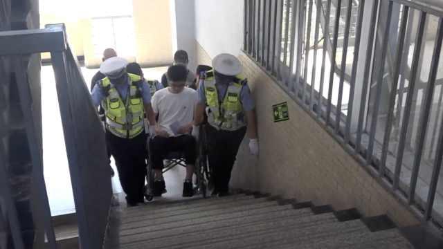 男生坐轮椅高考,4民警一口气抬3楼