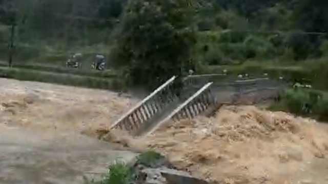 江西暴雨毁桥淹房,消防背出受困者