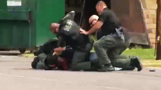 美国警察殴打流浪汉,无视对方求饶