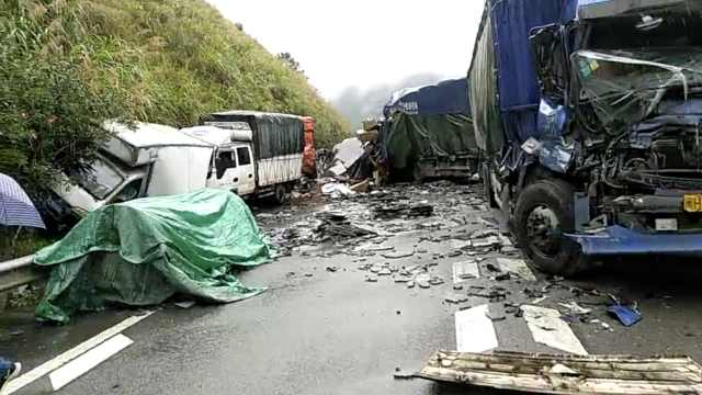 福建一高速20车连环相撞,致1死3伤